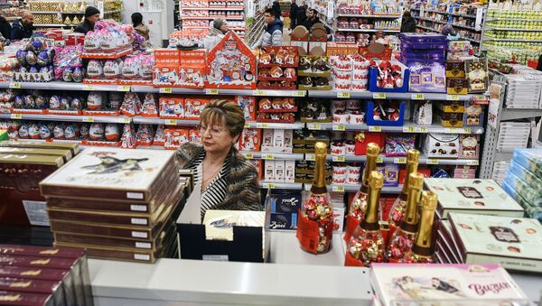 Продажа наборов с шоколадными конфетами в гипермаркете Ашан - Sputnik Таджикистан