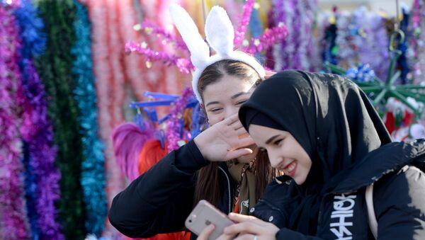 Посетители на Новогодней ярмарке - Sputnik Таджикистан