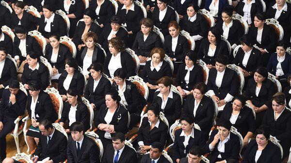 Женщины слушают президента Таджикистана Эмомали Рахмона в обращении к Парламенту - Sputnik Таджикистан