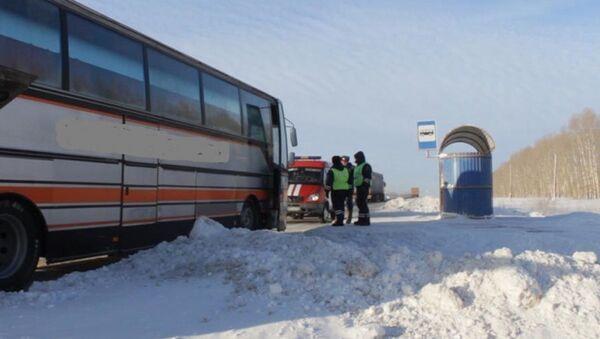 В Юрге полицейские спасли замерзавших на трассе иностранцев  - Sputnik Таджикистан