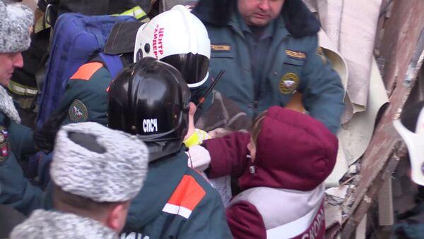 Спасатели извлекли живого ребенка из-под обломков дома в Магнитогорске - Sputnik Таджикистан