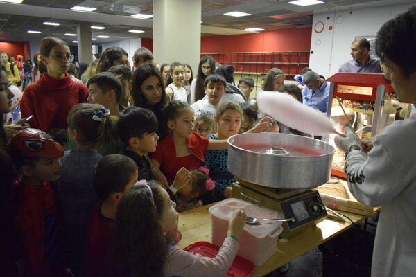 Для маленьких гостей НУР приготовил особое угощение - сахарную вату, которую детям раздавали бесплатно  - Sputnik Таджикистан