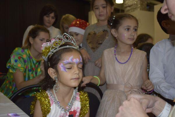 Кто-то пришел на новогодний праздник в уже готовых маскарадных костюмах, а кто-то загримировался на месте - Sputnik Таджикистан