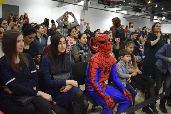 Но после долгих игр с детьми даже самым могучим супергероям нужна минутка отдыха... - Sputnik Таджикистан
