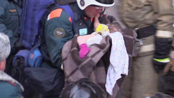 Спасатели извлекли живого ребенка из-под обломков дома в Магнитогорске, архивное фото - Sputnik Таджикистан