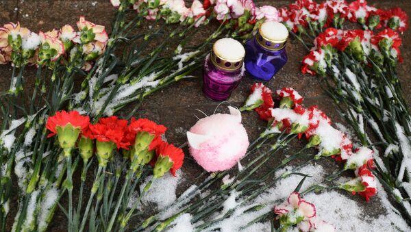Цветы в память о погибших в Магнитогорске, архивное фото - Sputnik Тоҷикистон