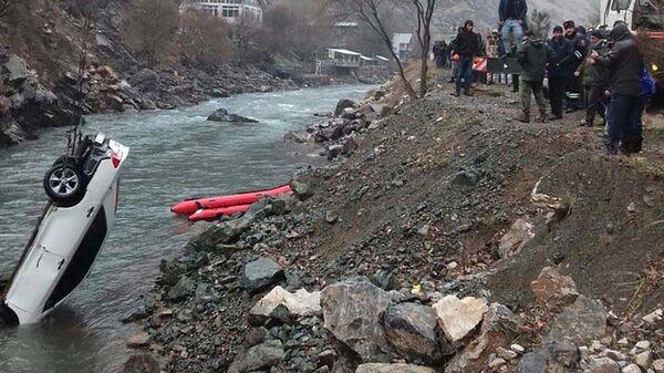 Машина вылетела в реку Варзоб, архивное фото - Sputnik Таджикистан
