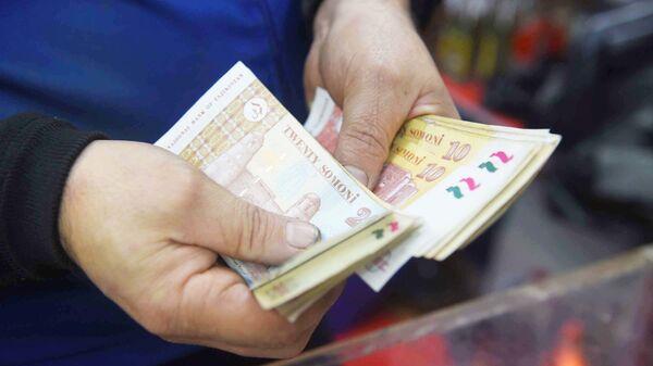 Продавец в магазине считает сдачу - Sputnik Таджикистан