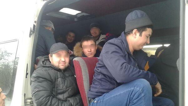 Автоинспекторы остановили микроавтобус, в котором перевозили нелегальных мигрантов - Sputnik Тоҷикистон