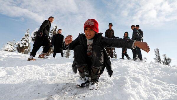 Афганские мальчики катаются с горки зимой в Кабуле - Sputnik Таджикистан