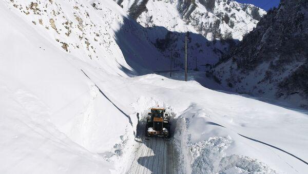 Дорожная техника расчищает автомобильную дорогу от лавины, архивное фото - Sputnik Таджикистан