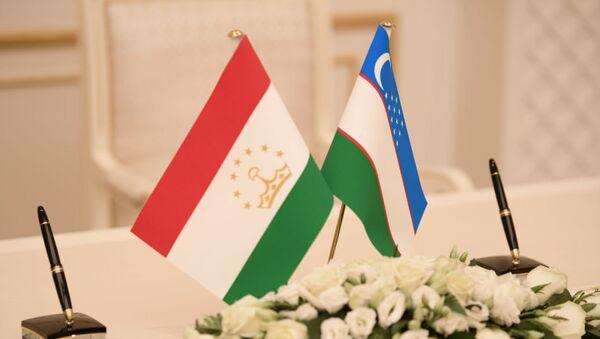 Флаг Таджикистана и Узбекистана, архивное фото - Sputnik Тоҷикистон