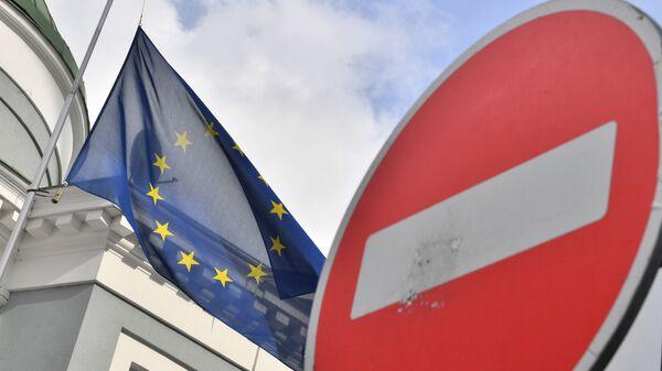 Флаг ЕС у здания представительства Европейского союза в Москве - Sputnik Таджикистан