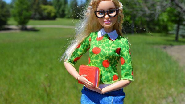Барби-студентка с учебниками - Sputnik Таджикистан