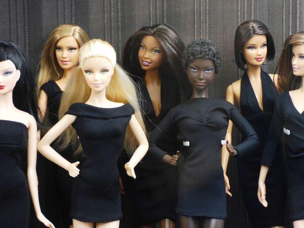 Барби в черном платье с коллегами - Sputnik Таджикистан