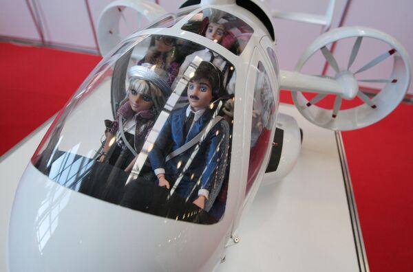 Макет вертолета представлен на стенде компании Robinson Helicopter на V международной выставке вертолетной индустрии HeliRussia 2012 в МВЦ Крокус Экспо - Sputnik Таджикистан