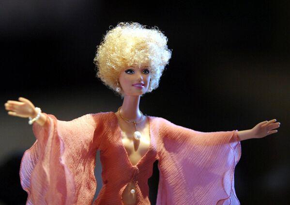 Кукла Барби в платье от Nina Ricci и украшении от Mikimoto  - Sputnik Таджикистан