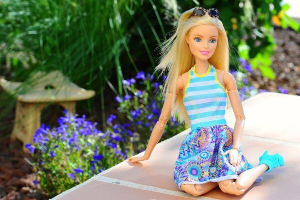 Кукла Барби в саду - Sputnik Таджикистан