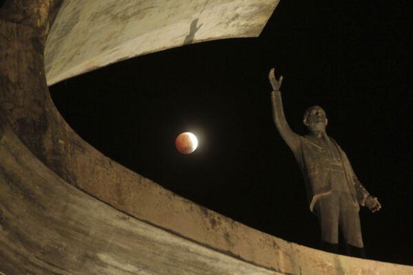 Лунное затмение в Бразилии  - Sputnik Таджикистан