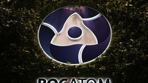 Логотип государственной корпорации по атомной энергии Росатом  - Sputnik Таджикистан