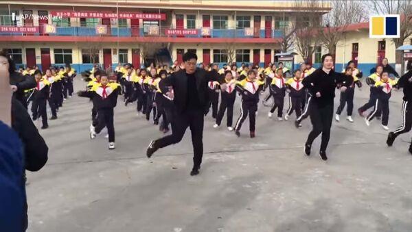 За этот танец директору школы грозит увольнение  - Sputnik Таджикистан