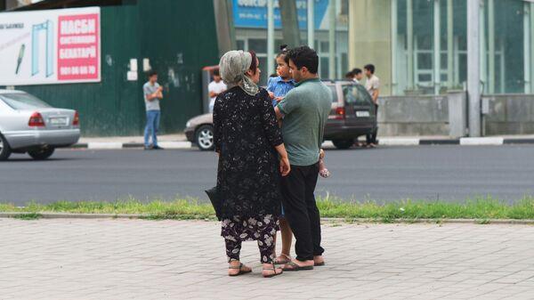 Семья на улице в Душанбе, архивное фото - Sputnik Тоҷикистон
