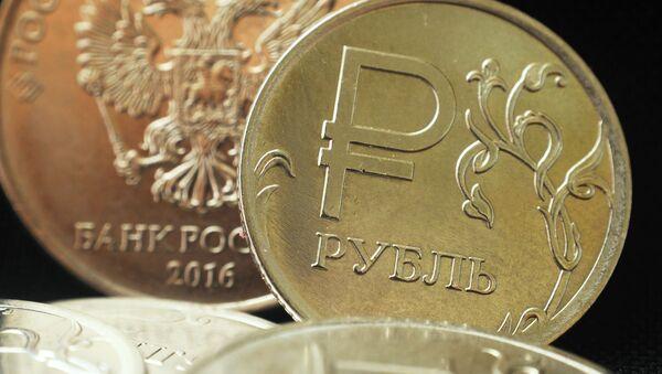 Монета номиналом один рубль с символикой российского рубля, архивное фото - Sputnik Таджикистан