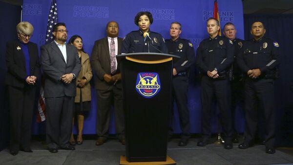 Начальник полиции Феникса Джери Уильямс (в центре) объявляет об аресте Натана Сазерленда, совершившего насильственные действия в отношении недееспособной женщины - Sputnik Таджикистан