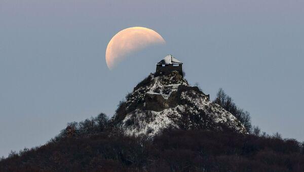 Лунное затмение над замком Сальго во время полного лунного затмения около Сальготарьяна - Sputnik Тоҷикистон
