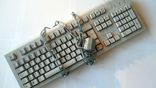Компьютерная клавиатура под замком, архивное фото - Sputnik Тоҷикистон