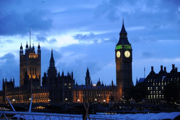 Вид на Вестминстерский дворец и Часовую башню с часами Биг-Бен в Лондоне, архивное фото - Sputnik Таджикистан