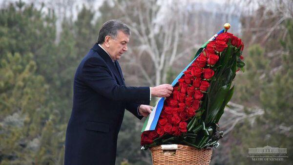 Шавкат Мирзиёев почтил память первого президента республики - Sputnik Таджикистан