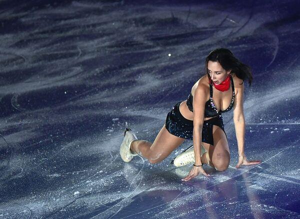 Елизавета Туктамышева (Россия) участвует в показательных выступлениях финала Гран-при по фигурному катанию в Ванкувере - Sputnik Таджикистан