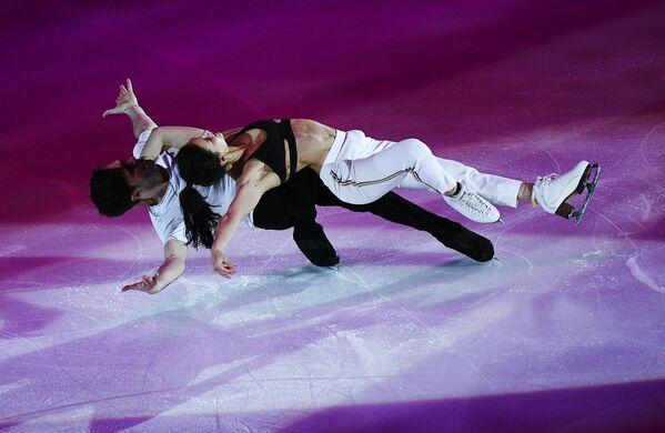 Софья Евдокимова и Егор Базин (Россия) во время показательных выступлений V этапа Гран-при по фигурному катанию в Москве - Sputnik Таджикистан