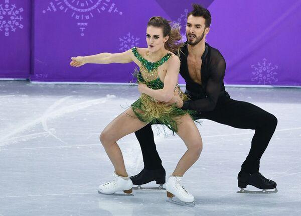 Габриэлла Пападакис и Гийом Сизерон (Франция) выступают в короткой программе танцев на льду на соревнованиях по фигурному катанию - Sputnik Таджикистан