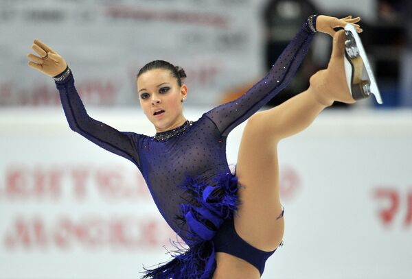 Россиянка Аделина Сотникова выступает с произвольной программой на соревнованиях четвертого этапа Гран-при по фигурному катанию - Sputnik Таджикистан