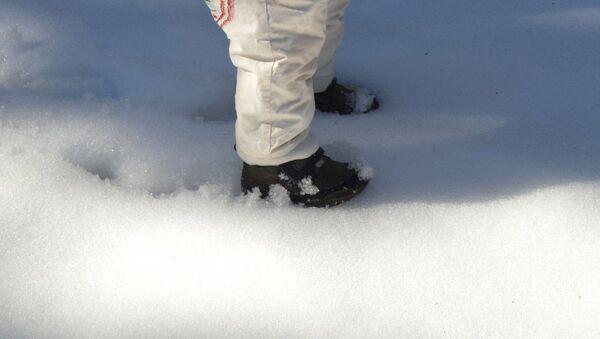 Ребенок идет по снегу, архивное фото - Sputnik Таджикистан