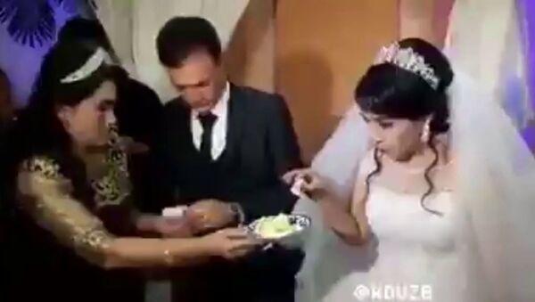 Жених жестоко проучил невесту на свадьбе - видео - Sputnik Таджикистан