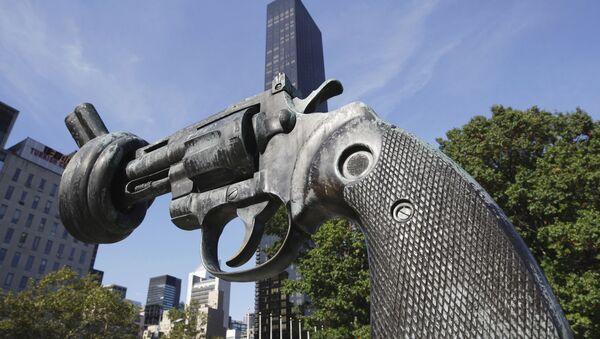 Скульптура Нет насилию перед фасадом здания ООН в Нью-Йорке - Sputnik Таджикистан