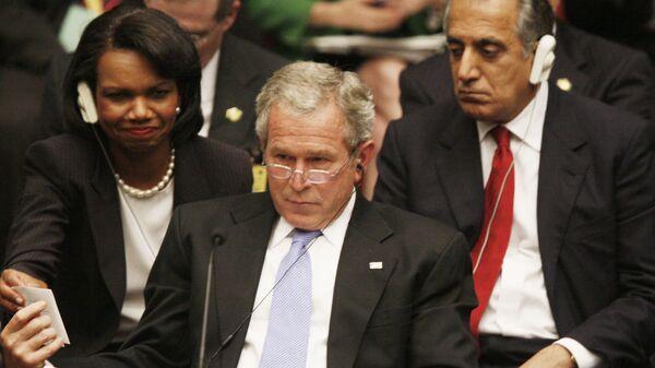 Президент США Джордж Буш показывает записку государственному секретарю Кондолизе Райс на саммите ООН в Нью-Йорке. 2005 год - Sputnik Тоҷикистон