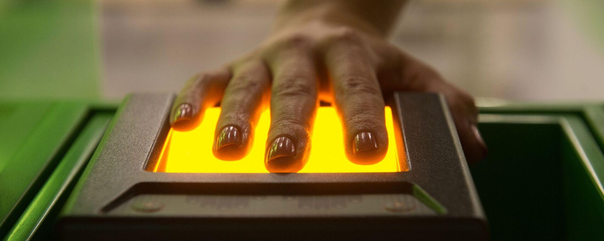 Устройство, сканирующее отпечатки пальцев, архивное фото - Sputnik Таджикистан, 1920, 22.11.2020