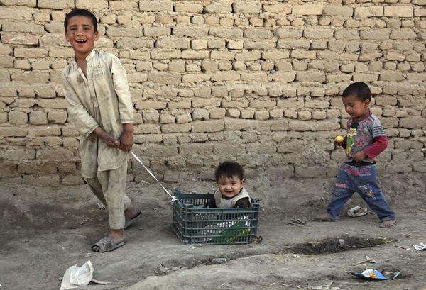 Афганский мальчик и его младший брат в Кабуле  - Sputnik Таджикистан