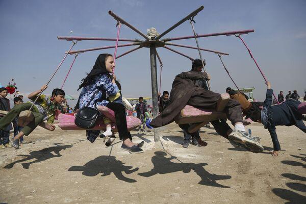 Дети катаются на качелях в Кабуле, Афганистан - Sputnik Таджикистан