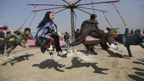 Дети катаются на качелях в Кабуле, Афганистан - Sputnik Тоҷикистон