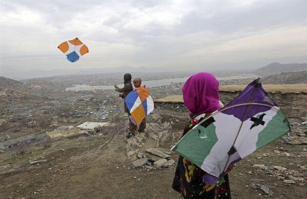 Дети пускают воздушных змей на вершине холма в Кабуле - Sputnik Таджикистан