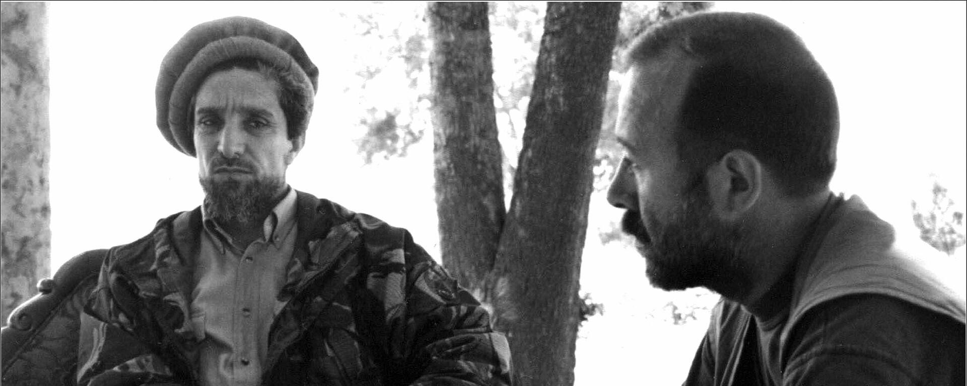 Обсуждение хода работы группы 6+2 с Ахмад Шахом Масудом. Северная провинция Тахар, июнь 1998 года - Sputnik Таджикистан, 1920, 10.09.2019