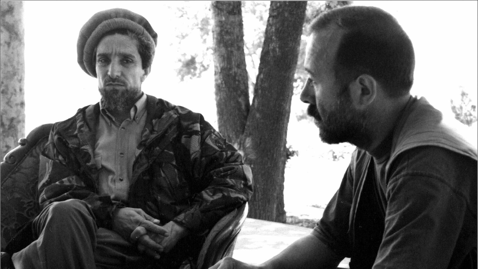 Обсуждение хода работы группы «6+2» с Ахмад Шахом Масудом. Северная провинция Тахар, июнь 1998 года - Sputnik Таджикистан, 1920, 01.07.2021