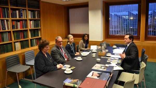 Посол Таджикистана в Великобритании подарил книги Эмомали Рахмона британскому Музею   - Sputnik Тоҷикистон