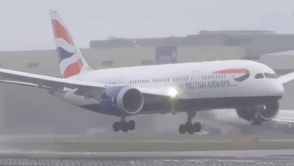 В Британии самолет снесло ветром во время посадки - Sputnik Тоҷикистон
