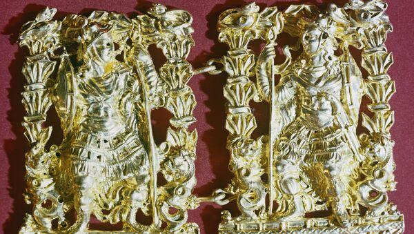 Золотые пряжки с изображением мужчины в полном военном облачении - Sputnik Таджикистан